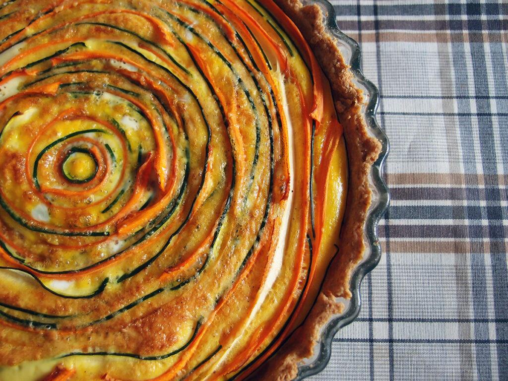 squash-gulerodstærte, tærte, madtærte, gulerødder, squash, hvedemel, rugmel, smør, æg, parmesan