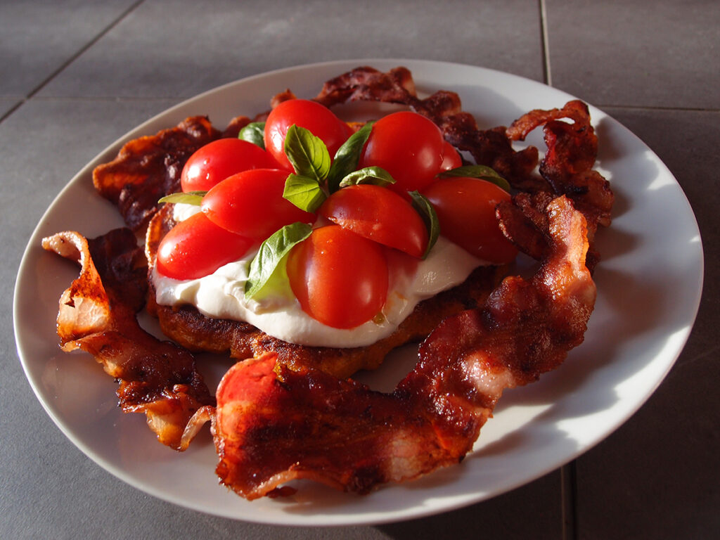 græskarpandekager, pandekager, græskar, hokkaido græskar, æg, rugmel, frokost, tomater, basilikum, creme fraiche
