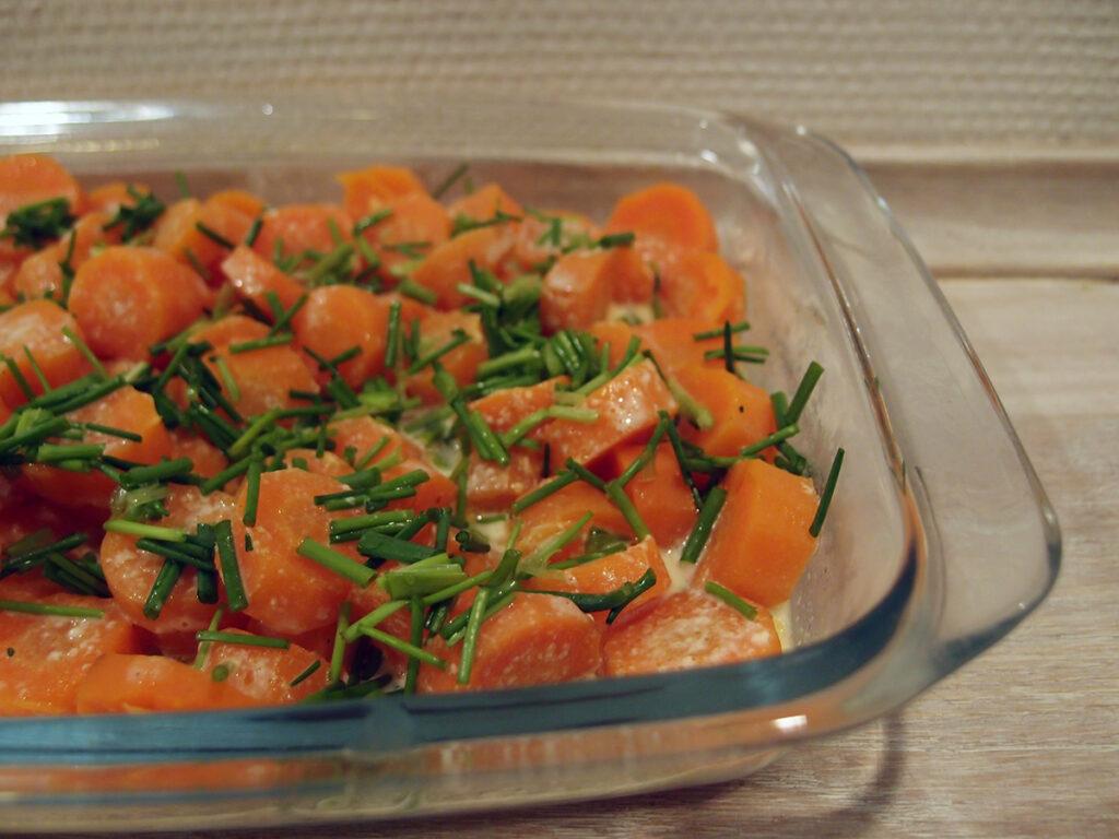 gulerødder i fad, gulerødder, smør, muskatnød, fløde, purløg