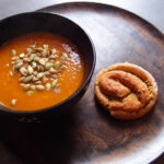 Græskar- og gulerodssuppe med kokos