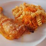 Kyllingelår og pastasalat med porrecreme og gulerødder