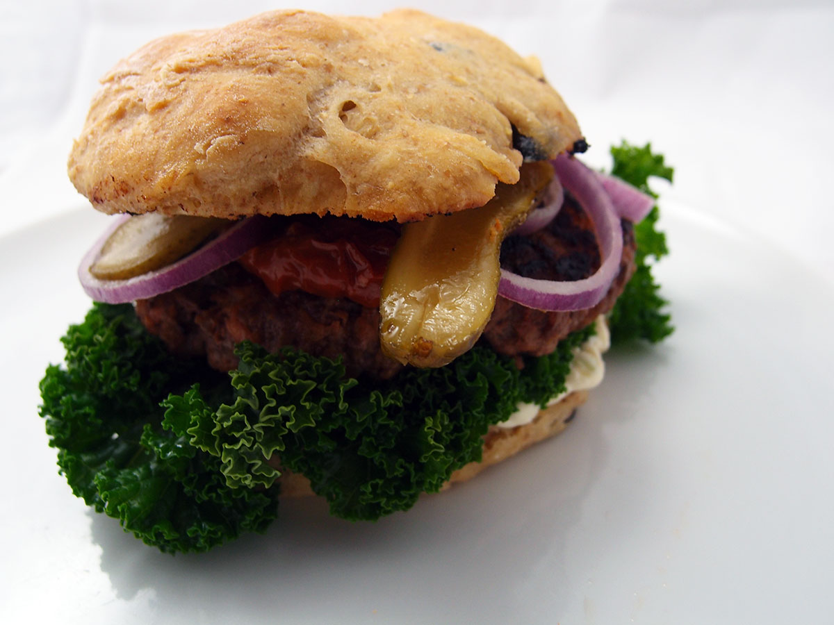 Vinterburger med oksekød, kål og hvidløgscreme