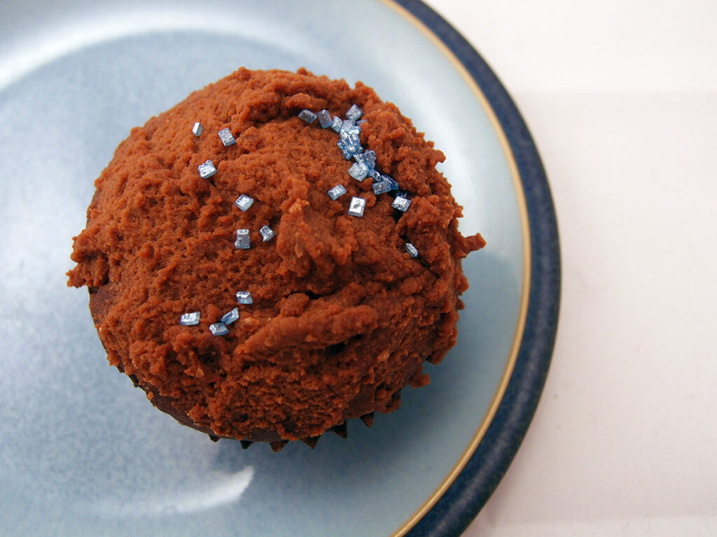 kakaomuffins, chokolademuffins, chokoladekage, muffins, kage, dessert, hvedemel, smør, kakao, æg, rørsukker, vanilljesukker, vanilje, bagepulver, salt, karamel, saltkaramel, saltkarameller, karameller, fløde, chokolade, mørk chokolade