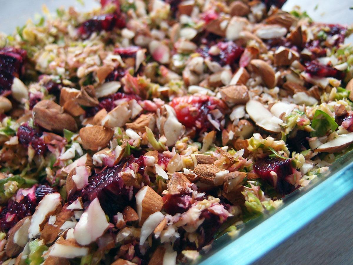 rosenkålssalat, salat, kål, rosenkål, mandler, blodappelsiner, kirsebæreddike, rapsolie