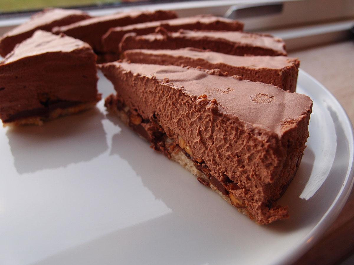 Chokoladekage med chokomousse og hasselnødder