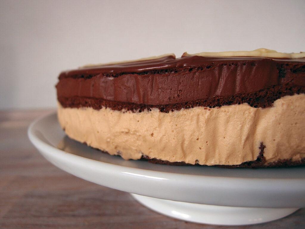 chokoladekage, kage, chokolade, kaffeganache, kaffepulver, mørk chokolade, chokolade, hvid chokolade, fløde, æg, æggeblommer, mælk, rørsukker, flormelis, mandelmel, mandler, æggehvider, kakaopulver, smør