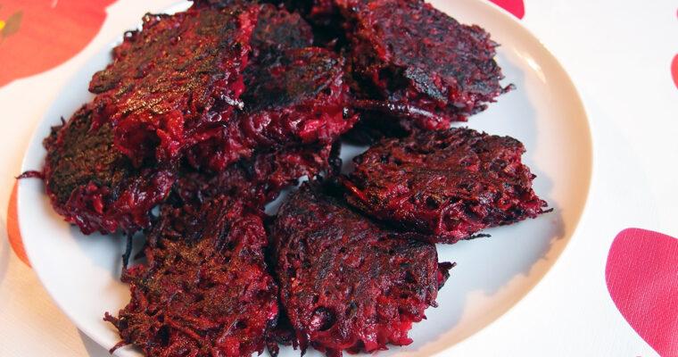 Rødbedebøffer med grønkålssalat og pestokartofler