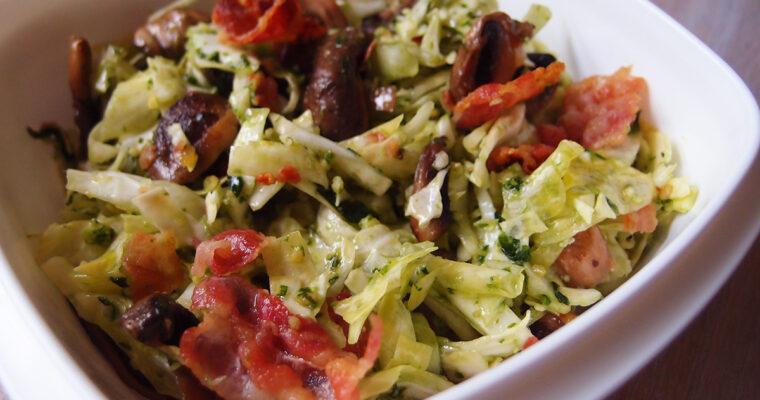 Frokostsalat med spidskål, champignons og bacon
