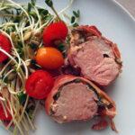 Grillet svinemørbrad svøbt i skinke, sennep og timian