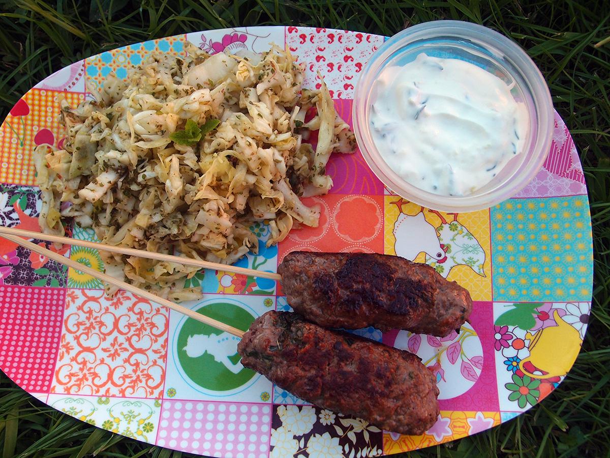 oksekødsspyd, oksekød, hakket oksekød, timian, oregano, creme fraiche, dressing, dip, hvidløg, hvidløgscreme