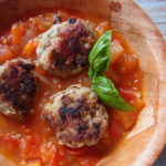 Albóndigas con salsa de tomate og papas con mojo