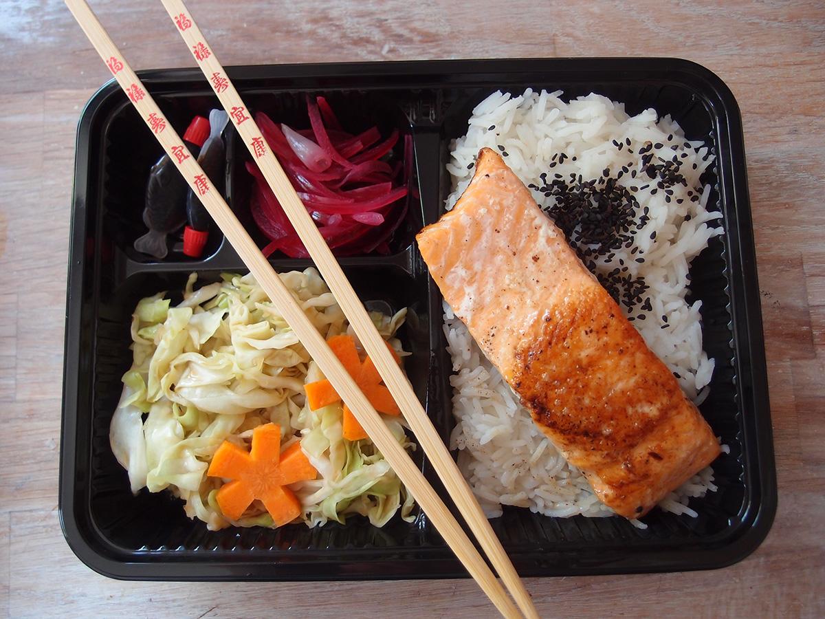 bento box, japansk, asiatisk, madpakke, laks, fisk, ris, løg, rødløg, sukker, sorte sesamfrø, spidskål, hoisinsauce, gulerødder, sesamolie