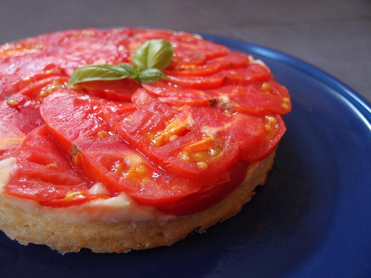 tomattærte, upside down tomattærte, upside down tomato pie, tomater, tærte, madtærte, vegetar,ost, parmesan, manchego, cheddar, æg, hvedemel, bagepulver, dijonsennep, smør,