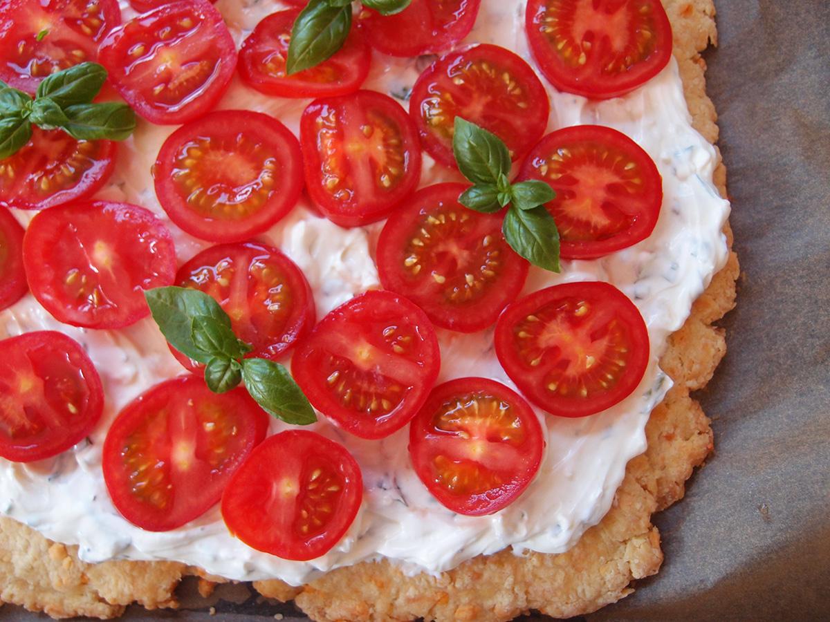 Tomattærte med basilikum-hvidløgscreme
