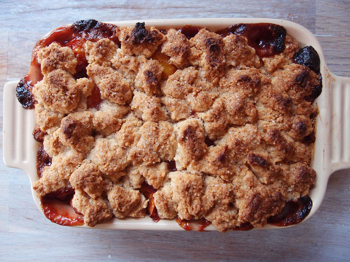 Peach Cobbler, ferskenkage, ferskencrumble, ferskner, dessert, kage, bagepulver, hvedemel, smør, vanilje, vaniljeekstrakt, mørk farin, rørsukker, kanel, muskatnød