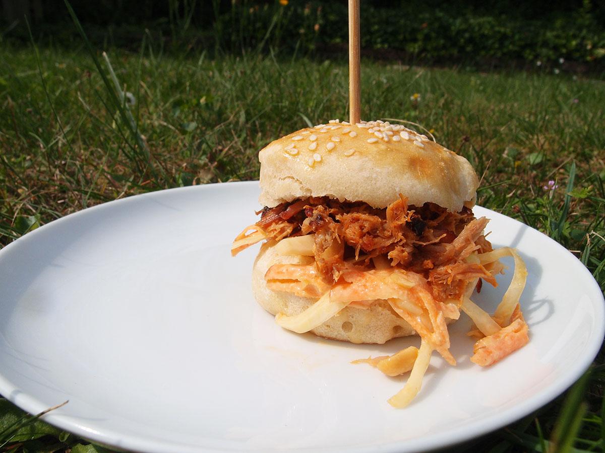 slider, sliders, burger, miniburger, burgerbolle, bolle, peanutbutter coleslaw, coleslaw, kålsalat, salat, hvidkål, gulerødder, mayonnaise, crème fraiche, peanutbutter, peanuts, æblecidereddike