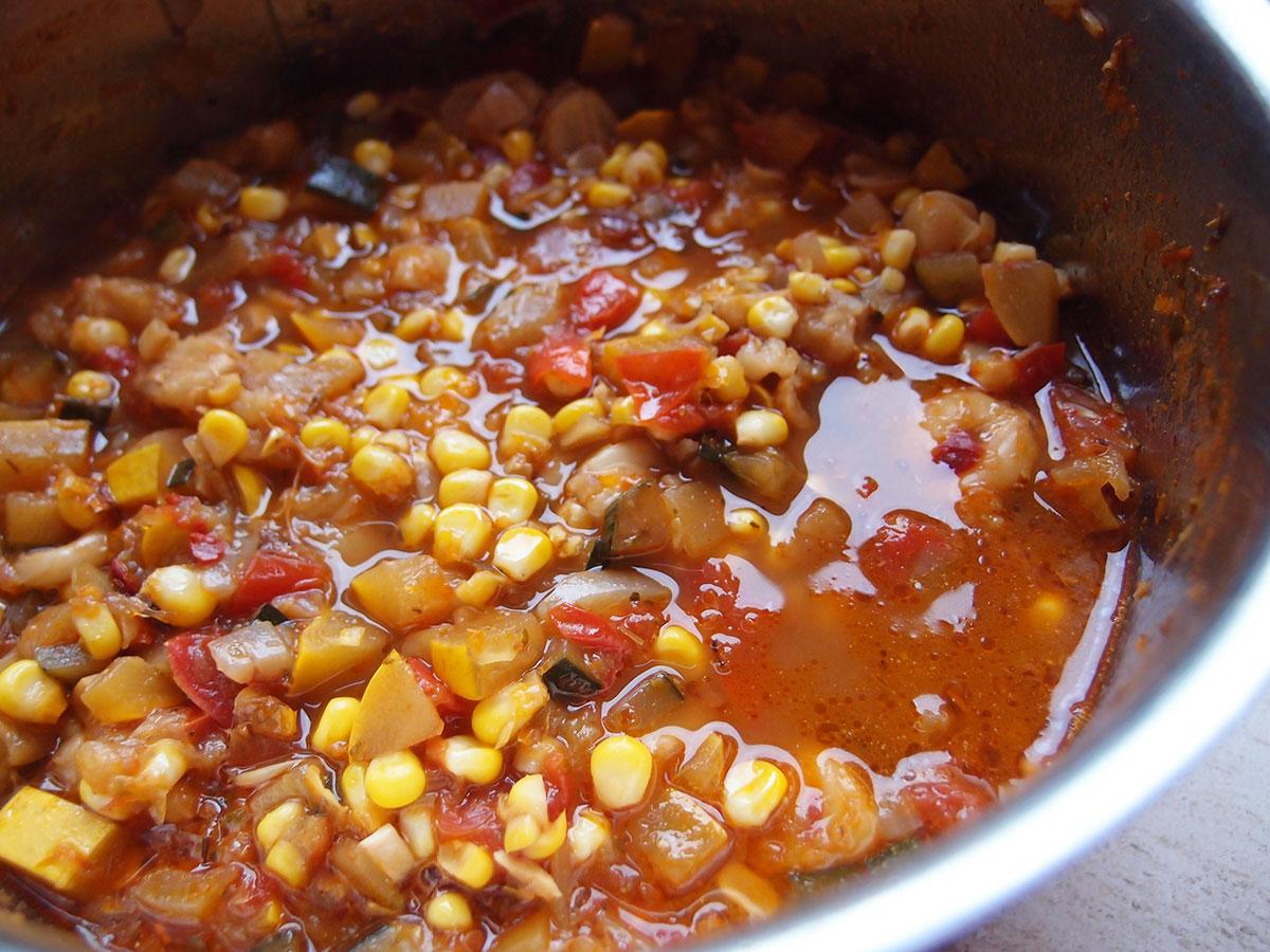 pozole stew, vegetable pozole stew, majsstuvning, grøntsagsstuvning, vegetar, maiz pozolero, hominy, løg, hvidløg, ancho chili, chili, arbol chili, squash, tomater, grøntsagsbouillon, bouillon, majs, oregano, timian, spidskommen, øl
