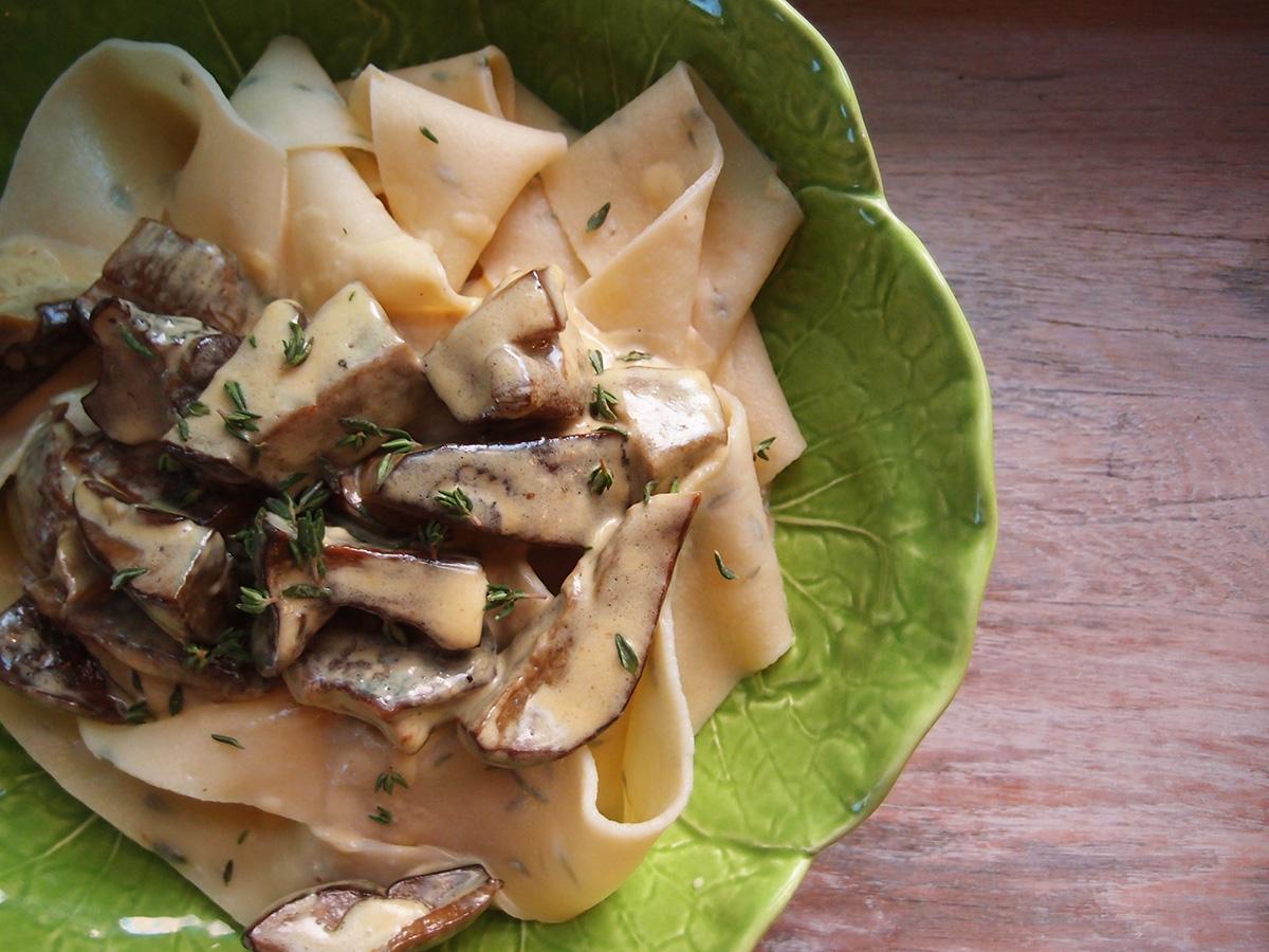pappardelle, timianpasta, pasta, hjemmelavet pasta, hvedemel, durummel, æg, olivenolie, timian, Indigo-Rørhatte, svampe, svampestuvning, fløde, smør, timian