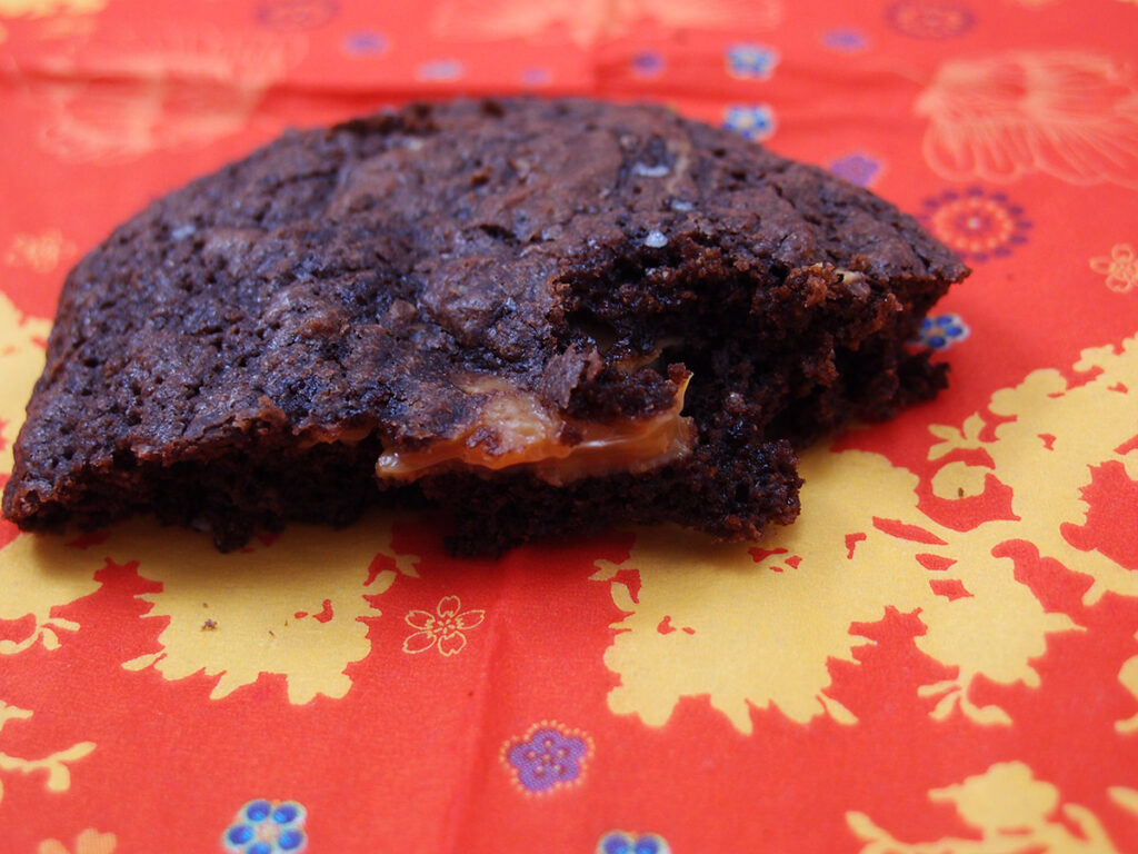 chokoladesmåkager, chokoladekage, småkager, chokoladesmåkager med karamel, karamel, karamelfyld, dulce de leche, hvedemel, smør, mørk farin, muscovadosukker, kakaopulver, æg, bagepulver, ølandshvedemel, mørk chokolade, chokolade