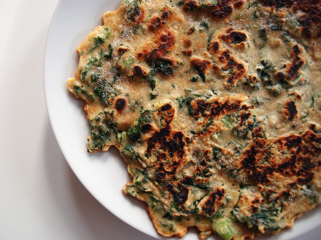 fyldt pandekage, pandekage, grønkålspandekage, grønkål, hvedemel, æg, fuldkornshvedemel, græskar, svinekød, koteletter, timian, rosmarin