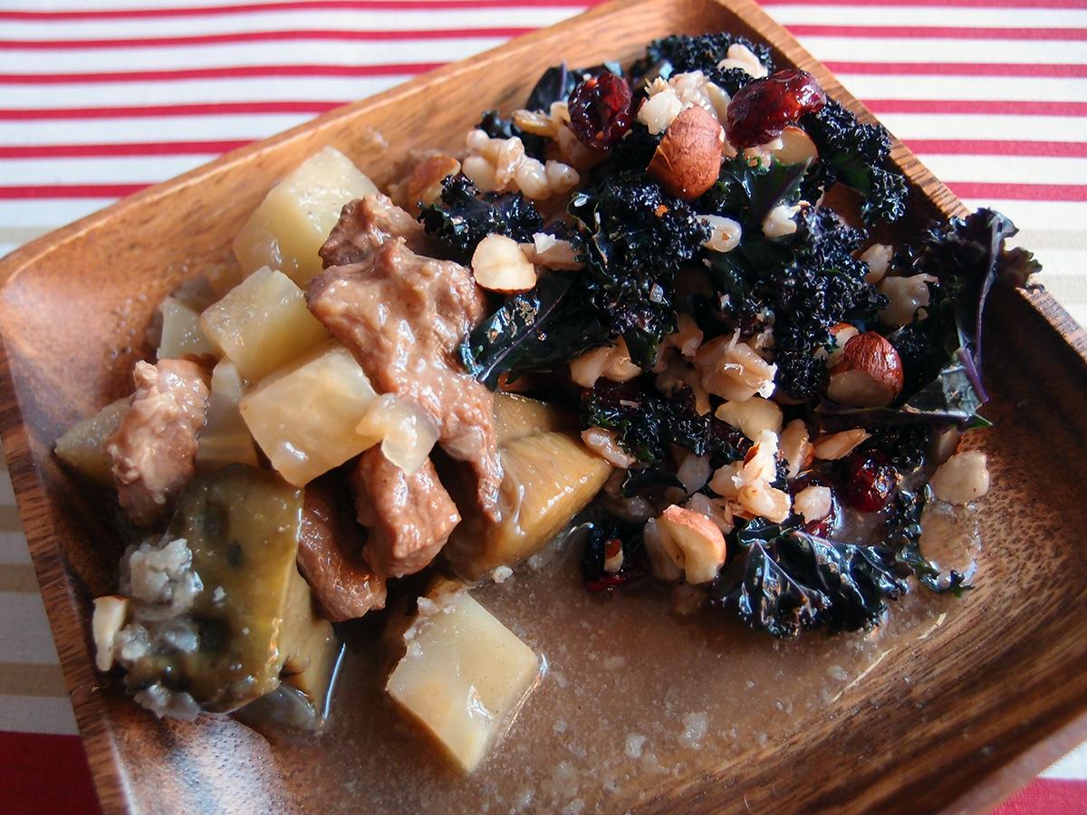 elggryde, elg, elgkød, vildtkød, simremad, smør, knoldselleri, svampe, rørhatte, bouillon, grøntsagsbouillon, rødløg, rødvin, enebær, allehånde, laurbærblade, kålsalat med spelt, grønkål, tørrede tranebær, solbæreddike, honning, hasselnødder, spelt