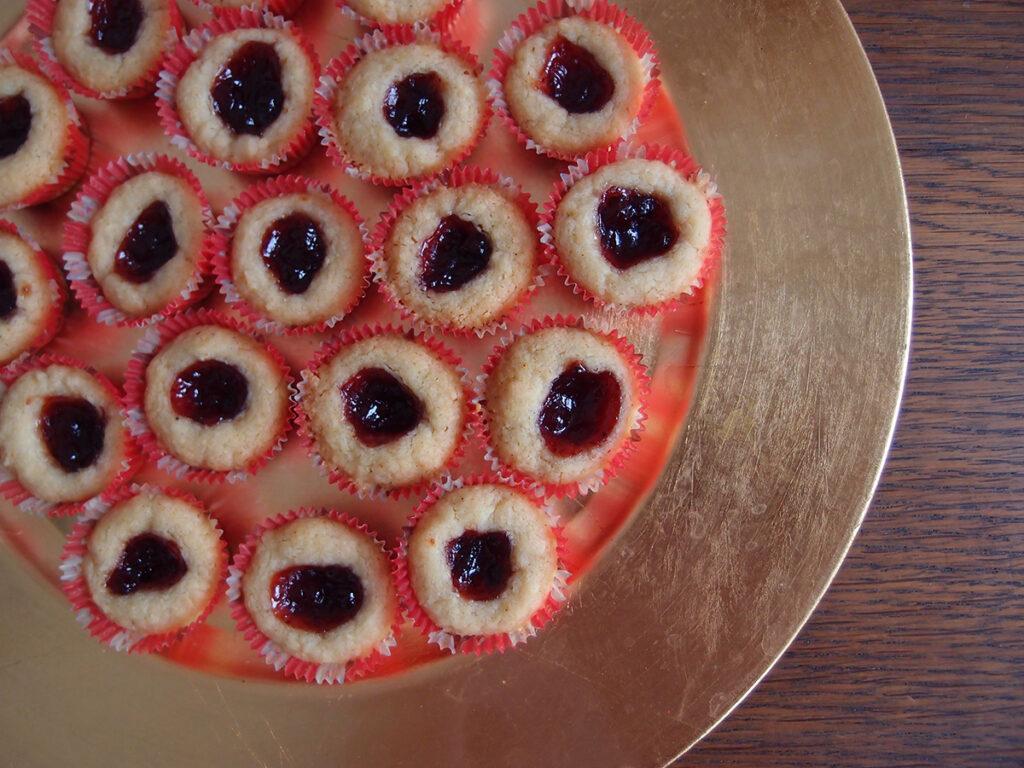 lingongrottor, tyttebærgrotter, svenske julekager, julesmåkager, småkager, kage, dessert, jul, tyttebærsyltetøj, tyttebær, safran, rørsukker, hvedemel, bagepulver, vanilje, smør