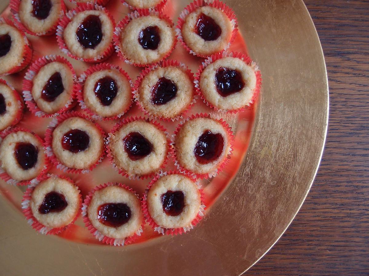 lingongrottor, hindbærgrotter, svenske julekager, julesmåkager, småkager, kage, dessert, jul, hindbærmarmelade, hindbær, safran, rørsukker, hvedemel, bagepulver, vanilje, smør