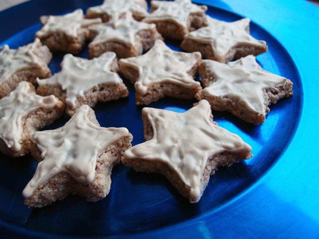 zimtstern, julesmåkager, småkager, kage, dessert, jul, mandler, nødder, æg, flormelis, kanel, citroner, bagepulver