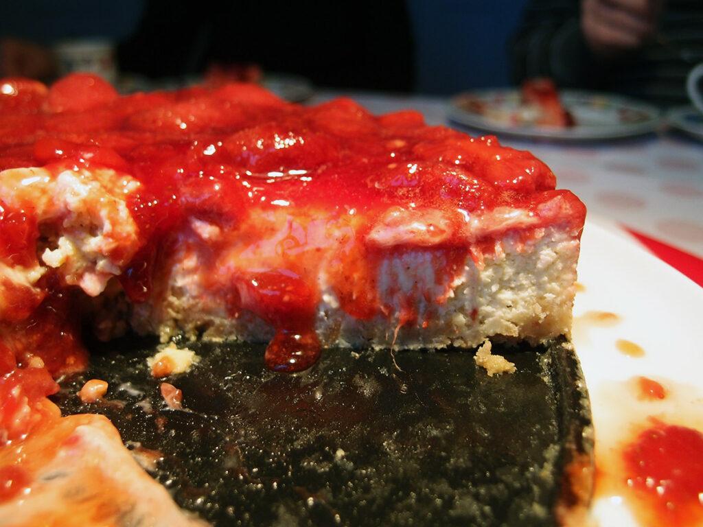 jordbær cheesecake, cheesecake, ostekage, jordbærkage, kage, dessert, New York-stil, New York-style, Digestive kiks, hvid chokolade, chokolade, smør, æg, flødeost, rørsukker, vanilje, creme fraiche, jordbær, majsstivelse