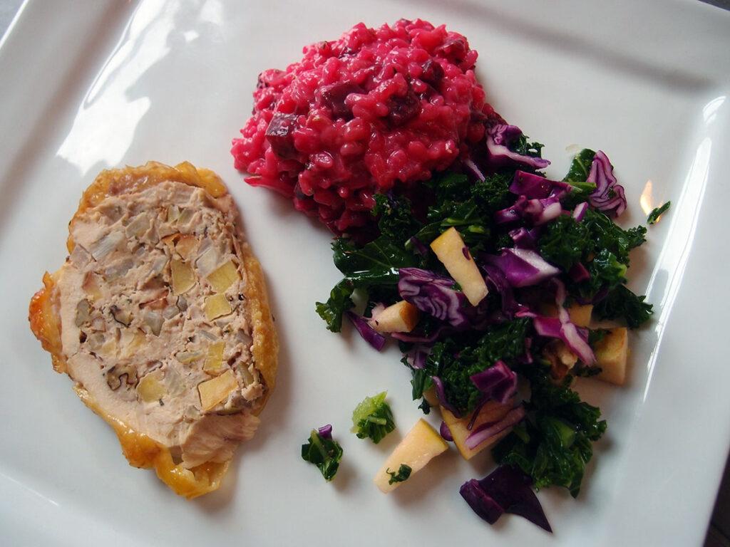 rødbede-risotto, risotto, rødbeder, vegetar, bouillon, smør, grødris, hvidvin, løg, timian, rosmarin, gedeost, farseret kylling, kylling