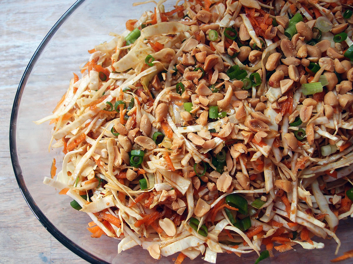 asiatisk salat, salat, kålsalat, hvidkål, gulerødder, forårsløg, chilisauce, chili, ingefær, peanuts, soya, riseddike, hvidløg