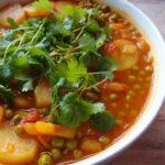Vegansk curry med kartofler og ærter