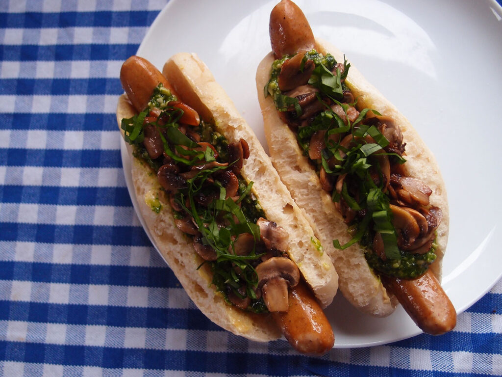 funky hotdogs, hotdogs, hotdog, hotdogbrød, pølse, pesto, ramsløgspesto, ramsløg, sennep, svampe, fastfood