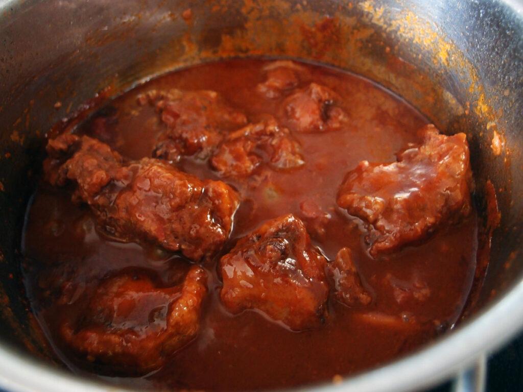 kalvehaler, oksekød, kalvekød, simremad, løg, chili, tomater, rødvin, hvedemel, smør, røget paprika, gulerødder, rørsukker