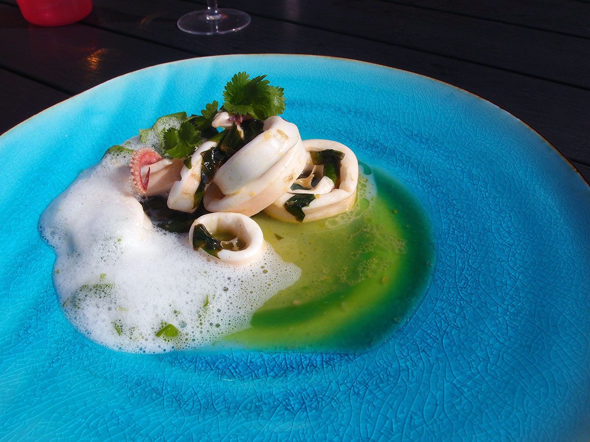 Marineret blæksprutte med korianderskum