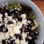 Speltsalat med pesto, rødbeder og salatost
