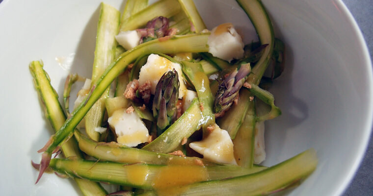 Aspargessalat med gedeost og honningdressing
