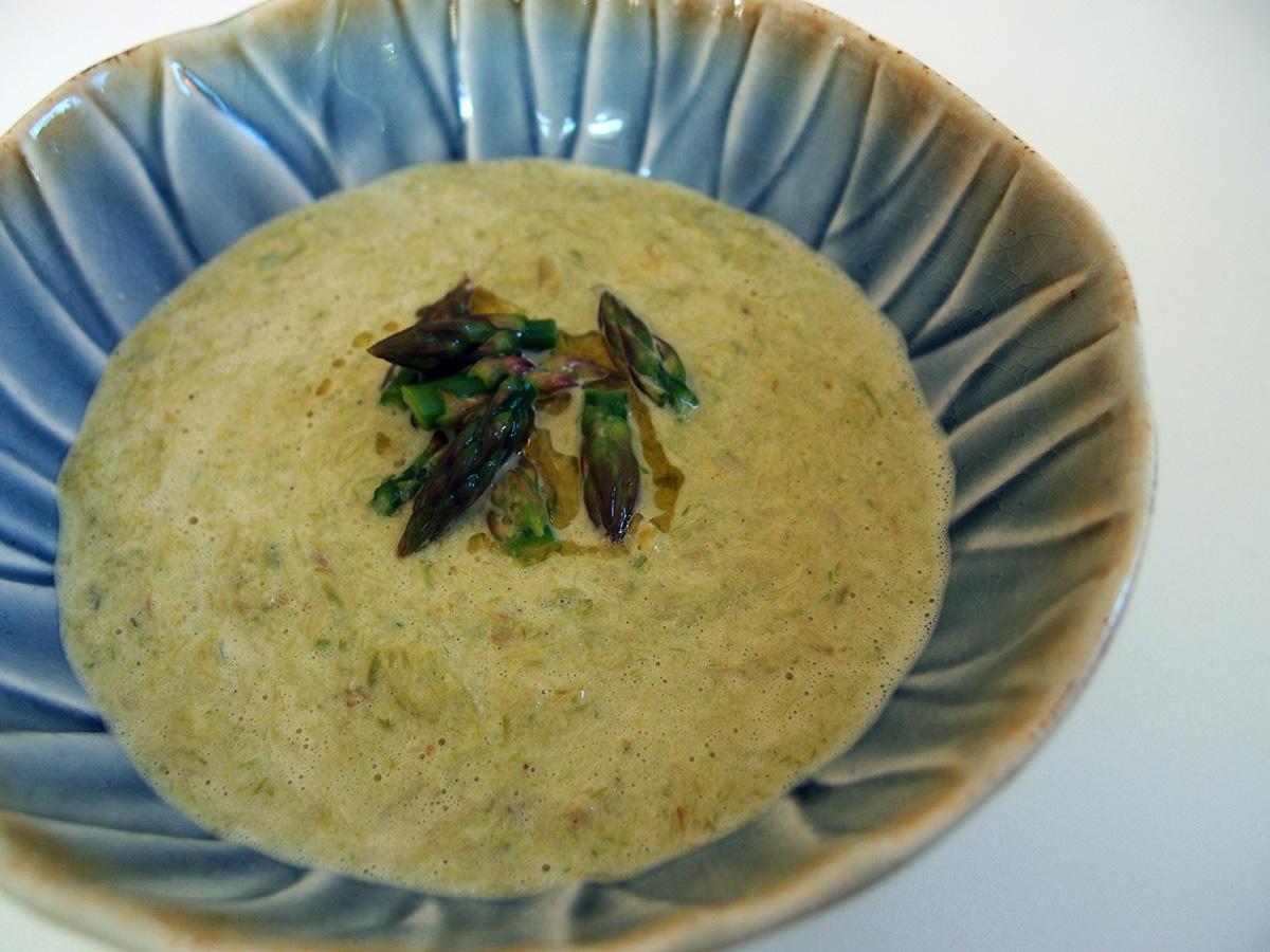 grøn aspargessuppe, suppe, vegetarsuppe, forret, vegetar, asparges, fløde, løg, limeblade, timian, citroner