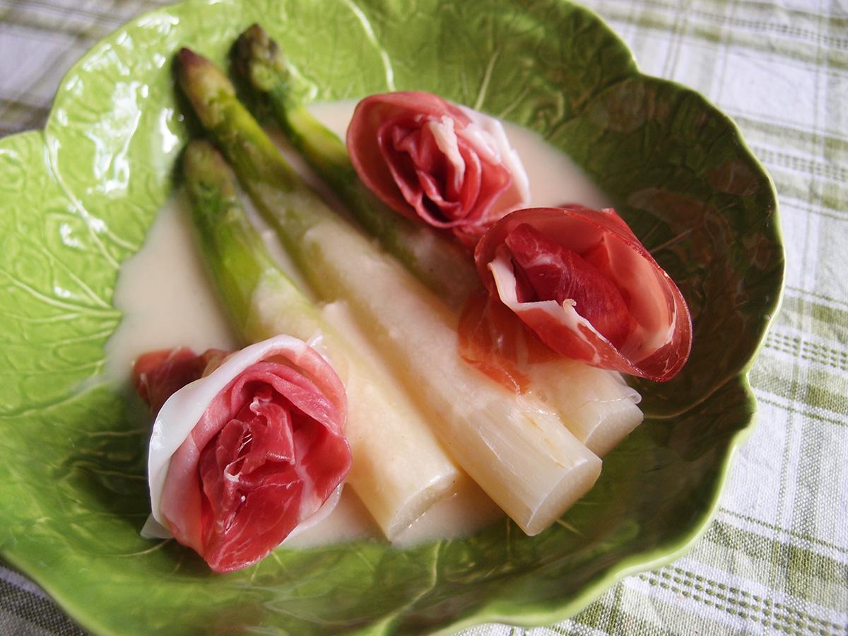 hvide asparges med ostesauce, asparges, skinke, parmaskinke, parmesan, mælk