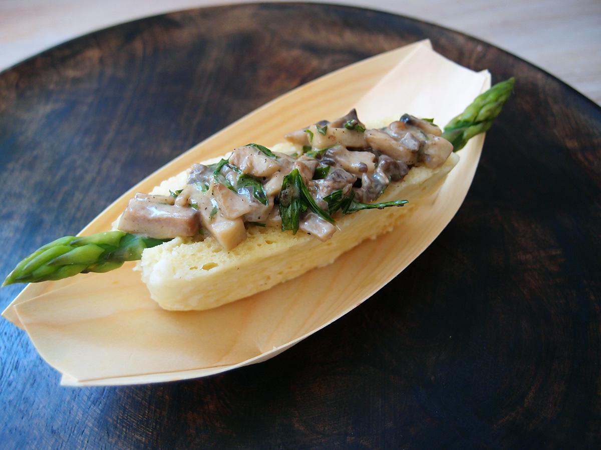 asparges-hotdog, hotdog, vegetar-hotdog, vegetar, asparges, champignons, svampekompot, fløde, hvedemel, æg, bagepulver, estragon