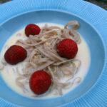 Dessertpasta med hvid chokoladesauce