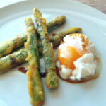 Friterede asparges med pocheret æg