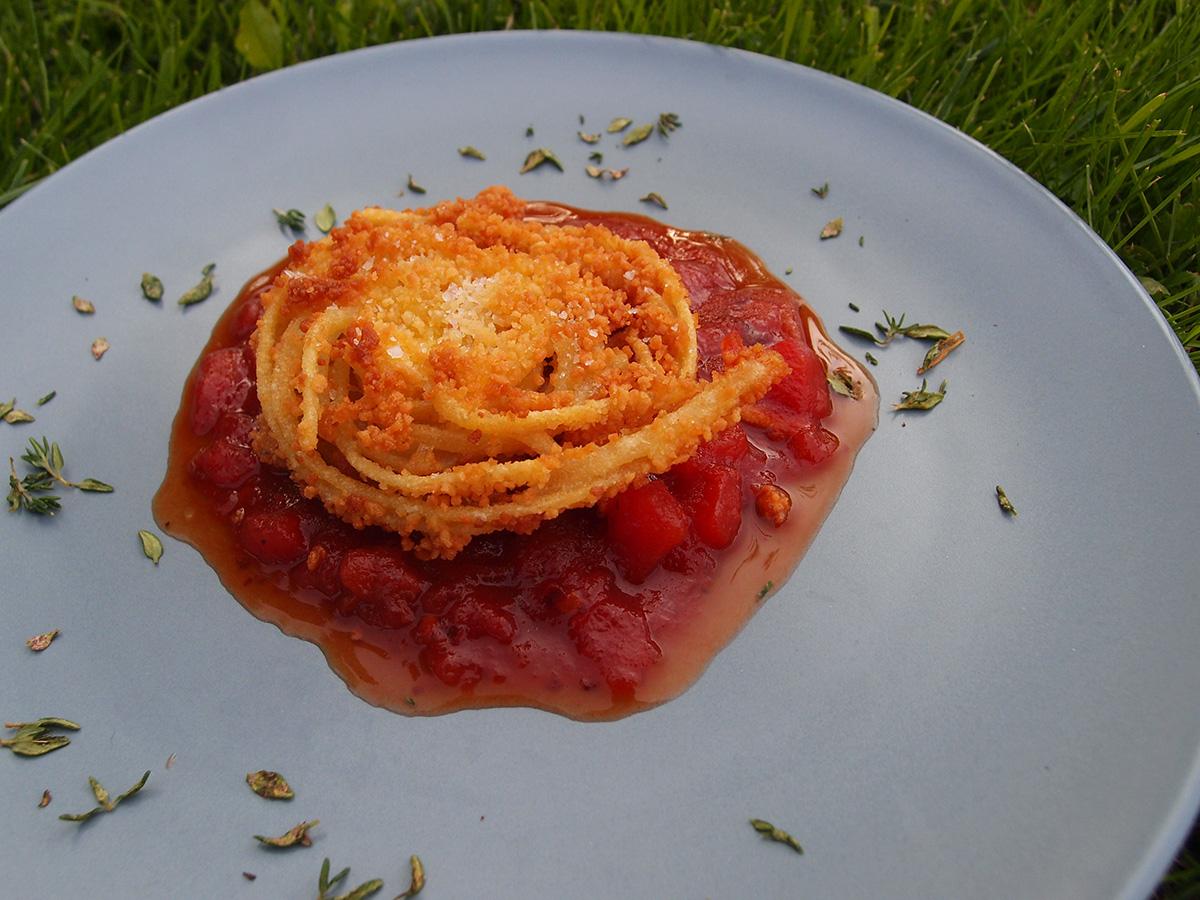 Friteret pasta med sød chilisauce