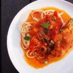 Græsk kaninret i tomatsauce