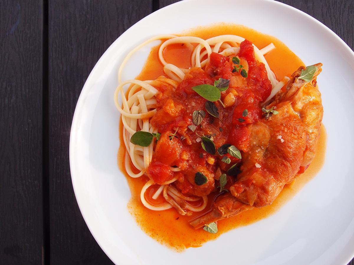græsk, kanin, tomater, rødvin, svesker, blommer, løg, hvidløg, tomatpure, rosmarin, salvie, laubærblade, kanel, smør, ost, parmesan