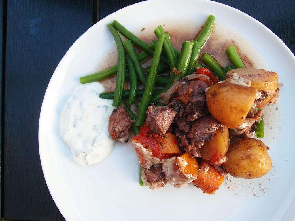 kleftiko, græsk, simreret, simremad, lammekød, løg, tomater, kartofler, rødvin, oregano, hvidløg, gulerødder