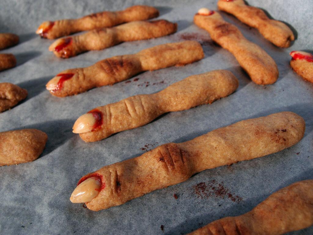 zombiefingre, Halloween-fingre, klamme fingre, Halloweenkager, Halloween småkager, kage, småkage, dessert, Halloween, smør, kanel, hvedemel, æg, rørsukker, blommesyltetøj