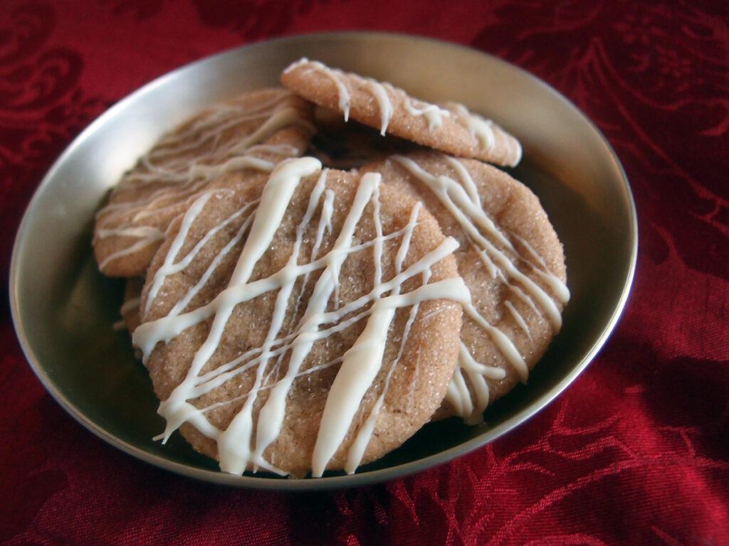 ingefærkager, småkager, julesmåkager, kage, dessert, jul, ingefær, rørsukker, kanel, hvid chokolade, chokolade, rapsolie, æg, hvedemel, kanel, ingefær, bagepulver, sirup