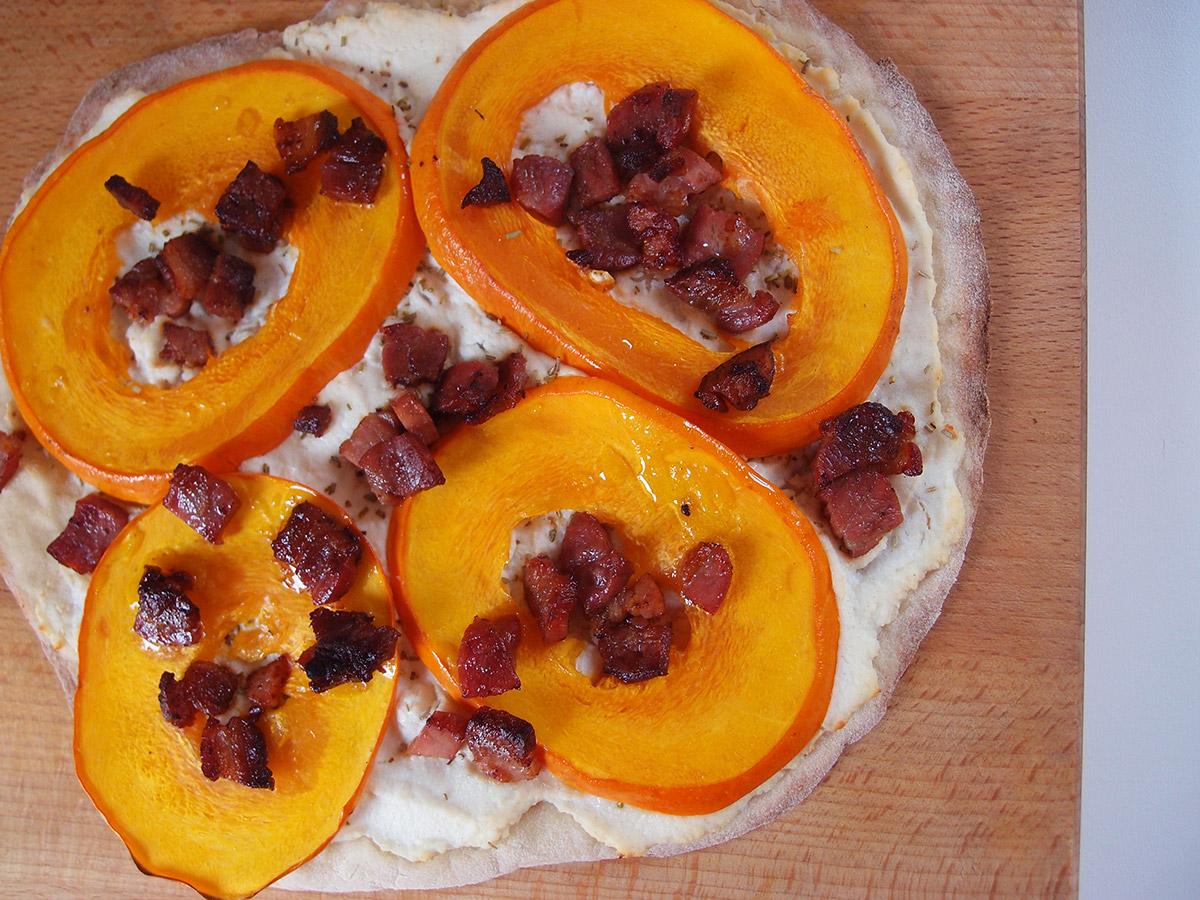 græskarpizza, pizza, græskar, hokkaido græskar, hvedemel, durummel, gær, bacon, ricotta, olivenolie, grill, timian