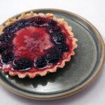 Minitærte med brombær og marcipan